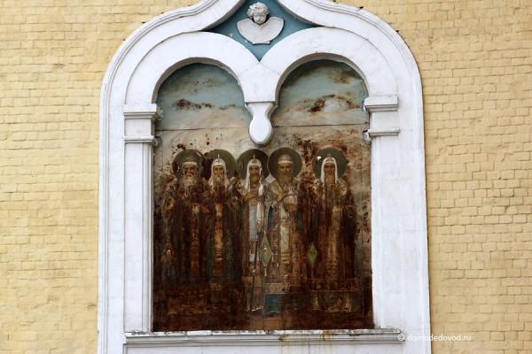 Иконы на стенах никольской церкви