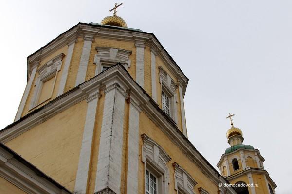 Купола Никольского храма в селе Домодедово