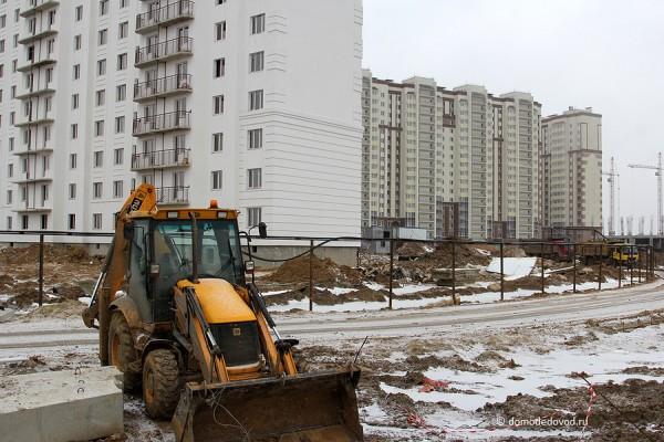 Новое Домодедово. Техника около дома №26