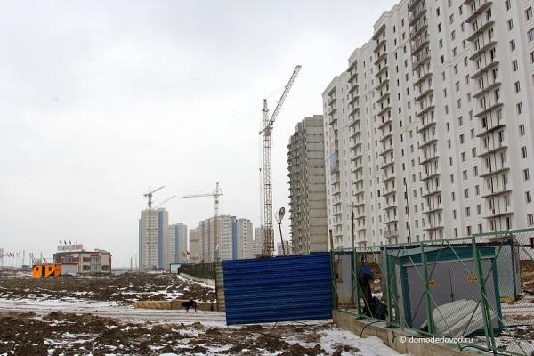 Справа дома 20 и 25 Новое Домодедово, прямо - Южное Домодедово