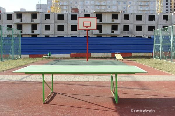 Во дворе есть баскетбольное кольцо, корты и даже стол для пинг-понга