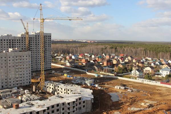 Вид сверху на ЖК «Новое Домодедово». Вдали — Домодедово, справа — СНТ