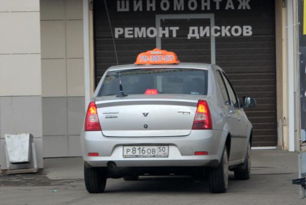 Таксист проехал на красный по встречке