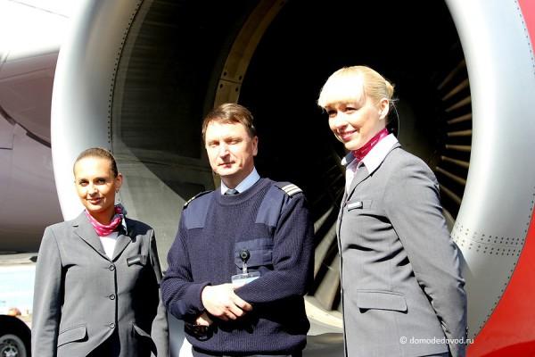"Пилот и бортпроводницы самолета Салон самолета Airbus 319 ""Вим Авиа"""