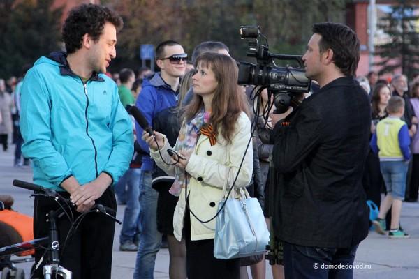 На площади работают коллеги-корреспонденты.