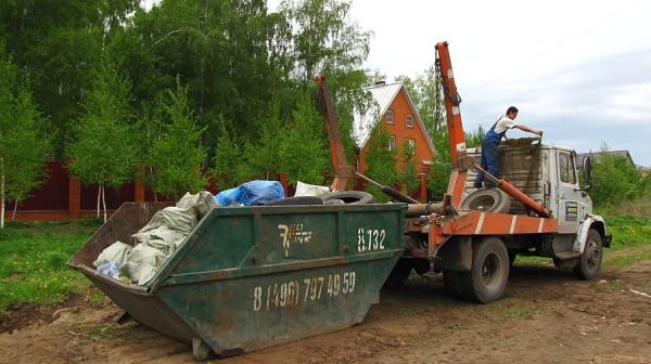Погрузка мусорного контейнера