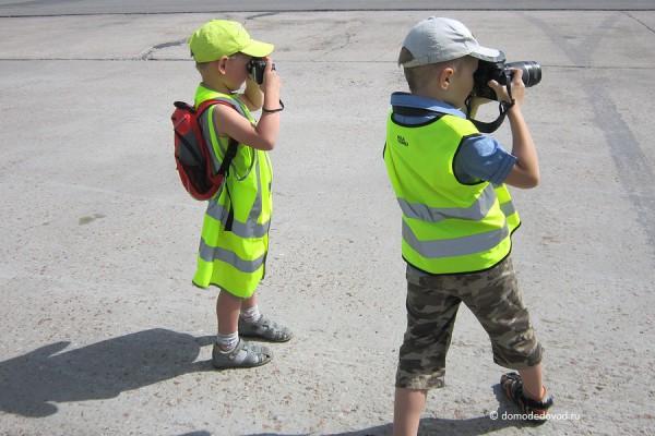 Дети фотографируют самолеты