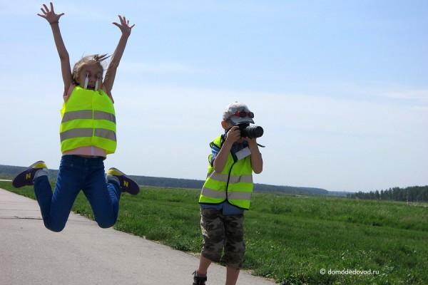 Даже в прыжке юный споттер с фотоаппаратом
