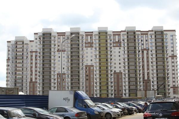 Парковка возле дома в Новом Домодедово