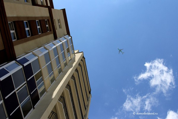 Небо, самолет, балконы.