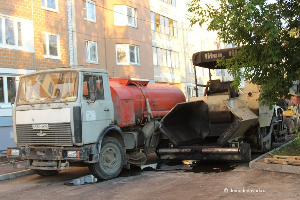 Новостройка СУ-155 на Ленинской.  Техника во дворе