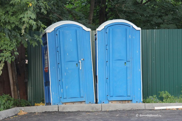 Новостройка СУ-155 на Ленинской. Туалеты во дворе