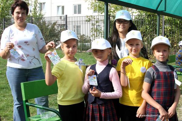 Участники акции «Посади дерево» в школе №4