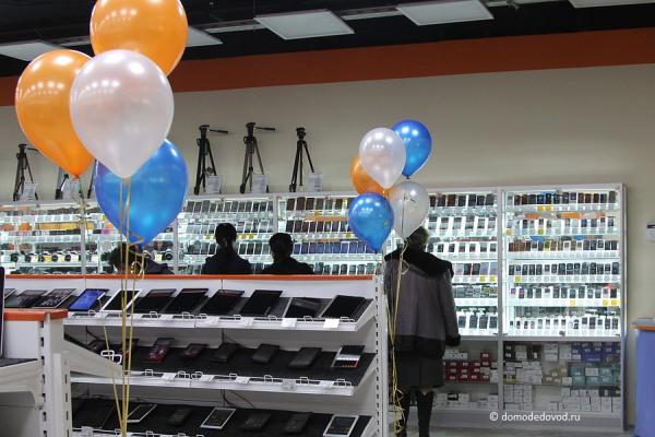 Ассортимент в супермаркете электроники DNS