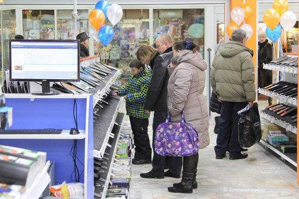 Покупатели в магазине электроники
