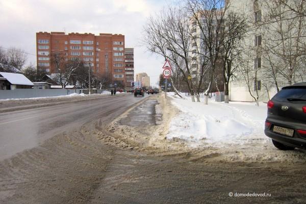 Тротуар пересекают несколько улиц.