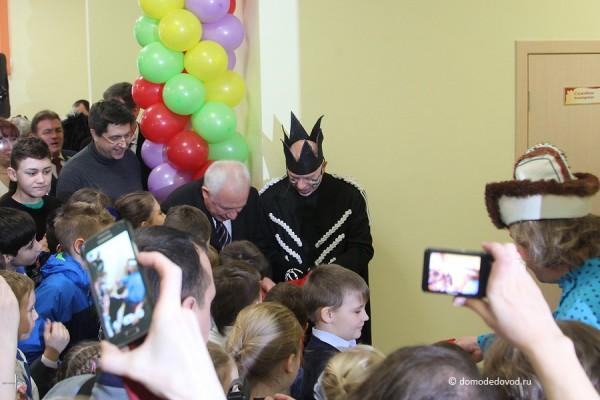 Леонид Павлович Ковалевский перерезает красную ленточку на открытии новой школы