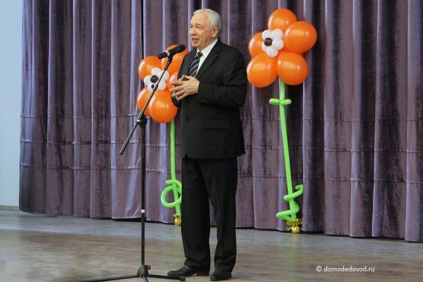 Л.П. Ковалевский на сцене актового зала в школе №9