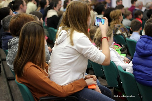 Зрители на концерте в новой школе
