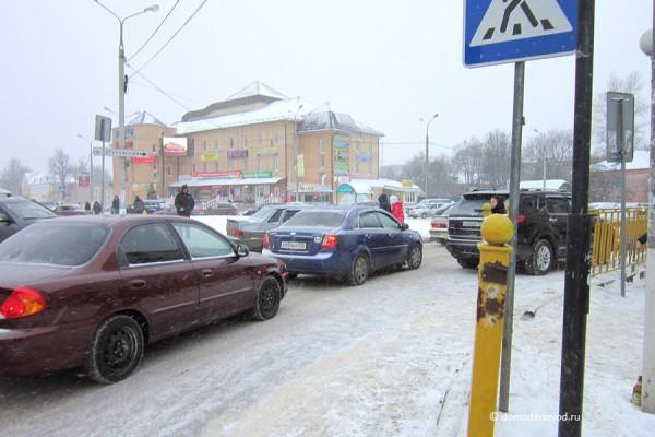 Пешеходный переход на улице Корнеева около рынка