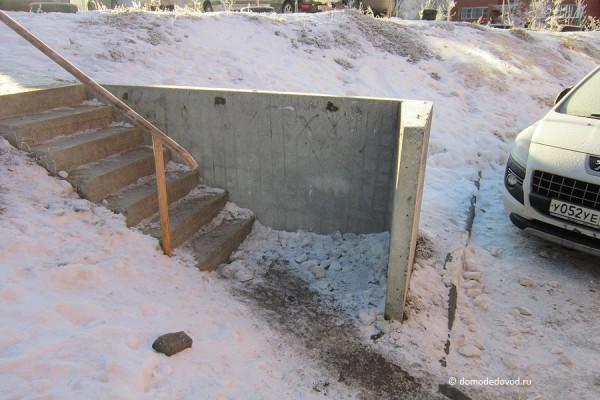 Бетонная лестница с поручнем