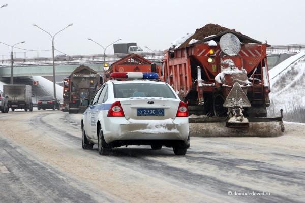 Снегоуборочная техника и автомобиль ГИБДД