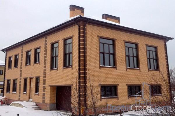 Двухэтажный кирпичный жилой дом в д. Авдотьино