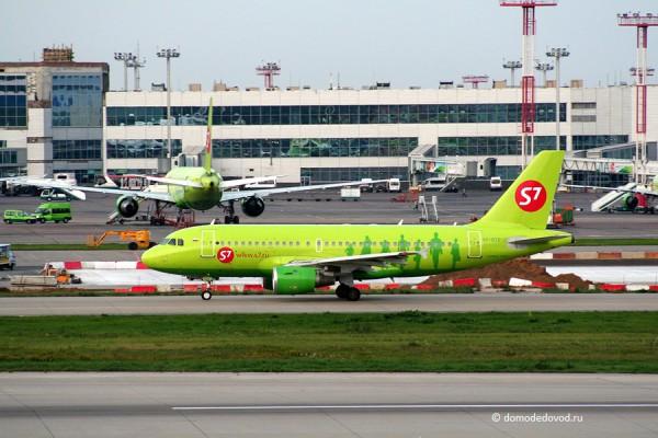 Самолет авиакомпании S7 в Домодедово