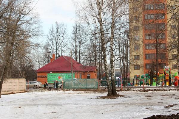 Строительство многоэтажной парковки. На заднем плане новостройка без обещанного паркинга