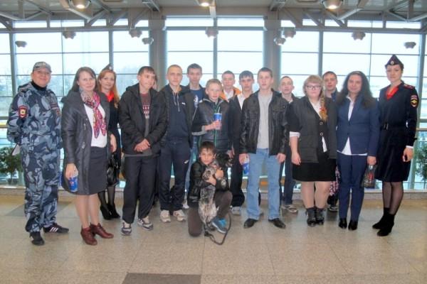 Дети на экскурсии в аэропорту