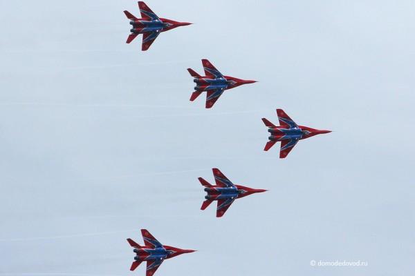 МиГи-29 в небе Подмосковья