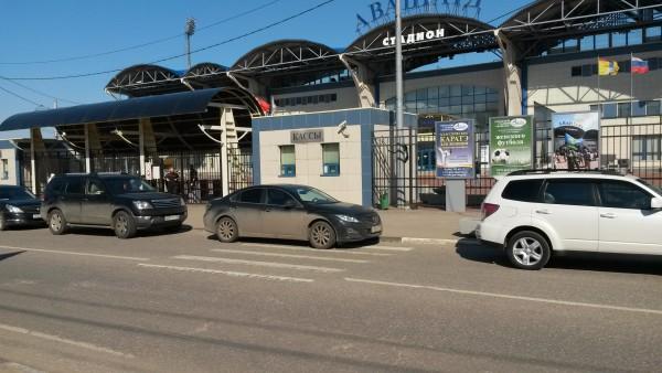 Автомобили у стадиона «Авангард»