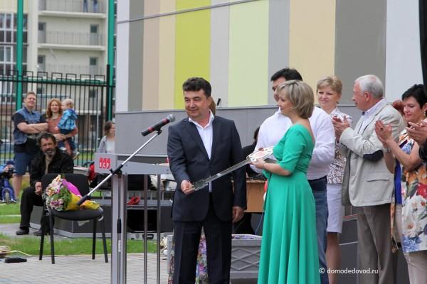 Заведующая детского сада Наталья Алексеевна получает символический ключ от детского садаЗаведующая детского сада Наталья Алексеевна получает символический ключ от детского сада