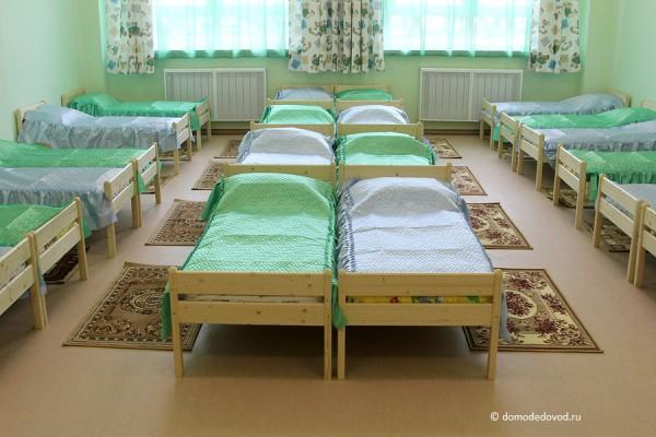 Детский сад «Улыбка». Спальная комната в группе