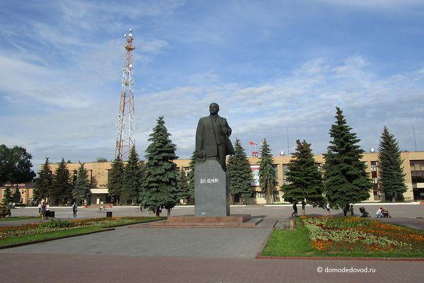 Памятник Ленину и администрация городского округа Домодедово