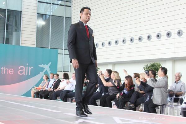 Мужчины Air India носят строгие и элегантные костюмы.