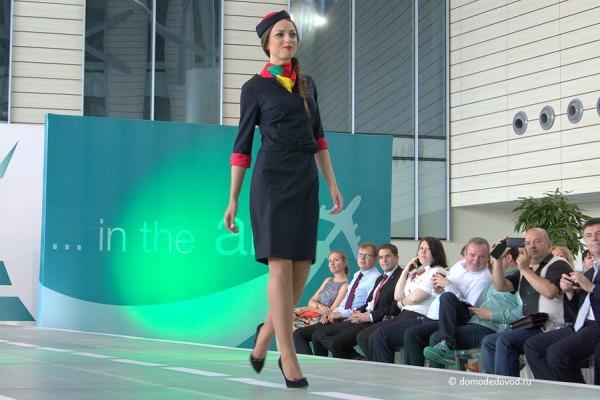 Стюардессы Air Malta запоминаются разноцветным шейным платком.
