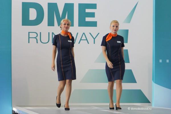 Девушки из авиакомпании Nordavia  носят яркие шейные платки, создавая позитивный настрой.