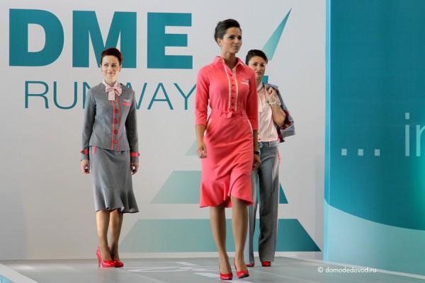 Стюардессы авиакомпании Red Wings носят униформу в серо-розовой гамме.