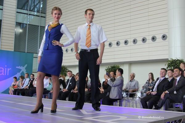 Яркие аксессуары в костюмах бортпроводников Saratov Airlines.