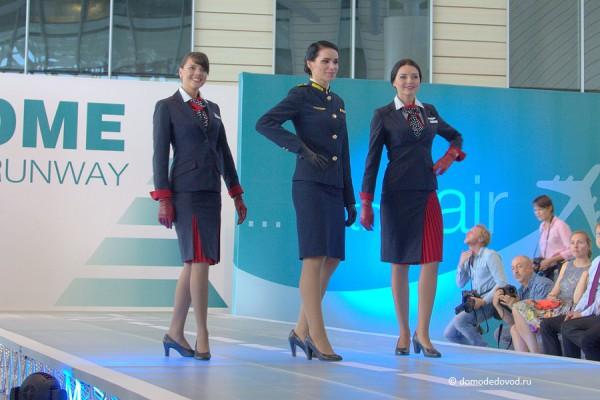 Два типа униформы у стюардесс «Трансаэро». Посередине — бортпроводница высшего класса обслуживания «Империал».