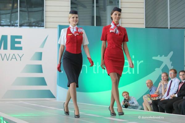 Еще яркие краски — это стюардессы Ural Airlines. Красивая форма и красивые девушки.