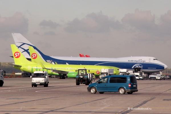 Самолеты авиакомпании S7 и Air Bridge Cargo.