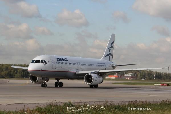 Самолет авиакомпании Aegean на рулёжке.