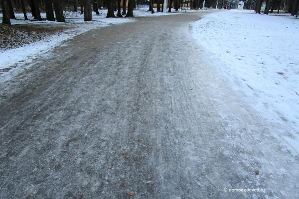 Лед на дорожке