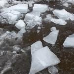 Глыба льда упала на женщину