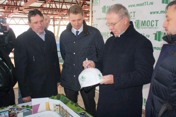 Вячеслав Фетисов посетил строящийся ледовый дворец в Домодедово