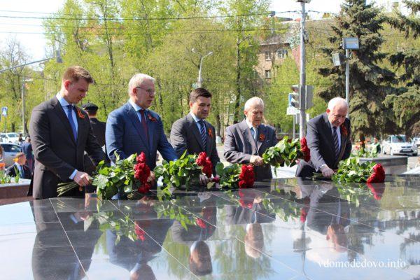 Андрей Воробьев возложил цветы к обелиску Славы в Домодедово