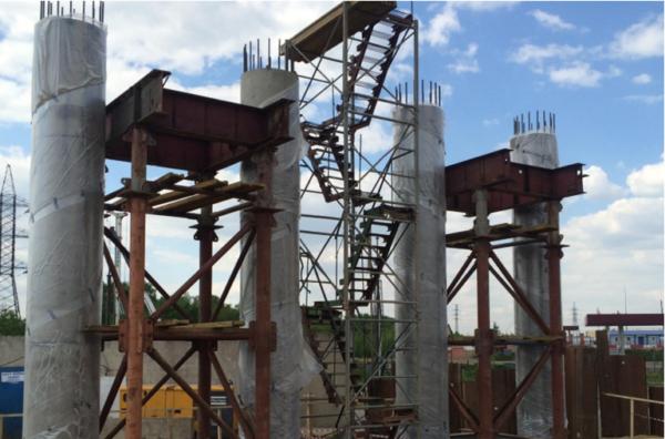На строящемся путепроводе на ул. Гагарина в Домодедово выполнили устройство первых опор