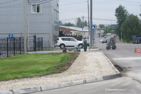 Около пенсионного фонда началось обустройство тротуаров и остановок